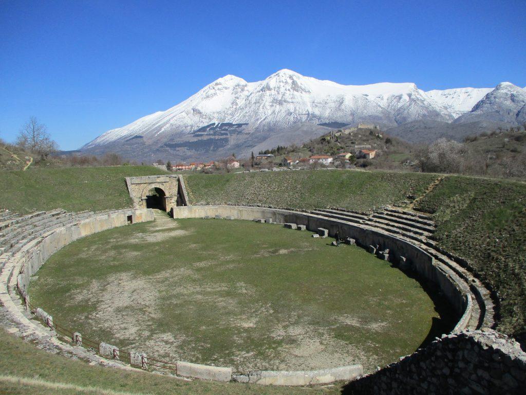 Anfiteatro_di_Alba_Fucens_e_monte_Velino
